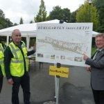 Paul Wagener am Schild für den Bühlgarten