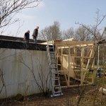 Das Dach vom Gerätehaus wird von NetzWerk-Mitgliedern fertiggestellt